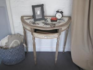 'Forme de Robe' half moon Console Table
